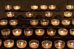 被阐明的黄色蜡烛在科隆大教堂教会里,圣诞夜,德国 免版税库存照片