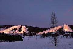 被阐明的滑雪倾斜,芬兰 免版税库存照片
