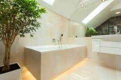 被阐明的bathtube在现代卫生间里 免版税图库摄影