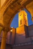 被阐明的Belltower修道院晚上视图 库存图片