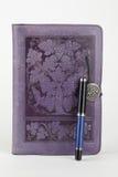 被限制的日记帐皮革笔紫色 免版税库存图片