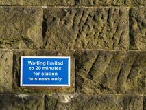 被限制的等待20分钟在石墙上签字 库存照片