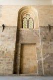 被隐藏的被成拱形的框架和两上色了污迹玻璃窗 免版税库存照片