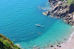 被隔离的海滩蓝色小船独木舟海运 免版税库存照片