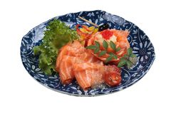 被隔绝的三文鱼生鱼片服务用石灰调味汁、土豆沙拉和ikura服务在washi日文报纸的气喘的墨水板材 免版税库存照片