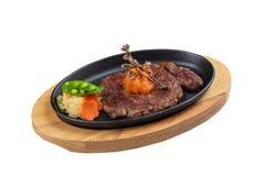 被隔绝的半生半熟wagyu牛排顶部与剁碎在热板和木板材的红萝卜服务用土豆沙拉 库存照片