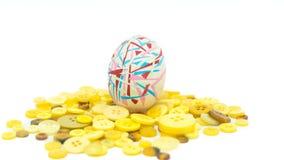 被隔绝的复活节快乐,五颜六色的复活节彩蛋站立在黄色按钮的,复活节假日装饰,复活节概念背景 免版税图库摄影