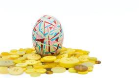 被隔绝的复活节快乐,五颜六色的复活节彩蛋站立在黄色按钮的,复活节假日装饰,复活节概念背景 免版税库存图片