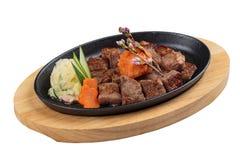 被隔绝的大蒜Saikoro牛排:半生半熟模子wagyu顶部与剁碎在热板的红萝卜服务用土豆沙拉 图库摄影