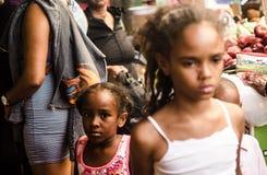 被隔绝的女孩在杜瓦特街,圣多明哥DR 免版税库存图片