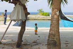被隔绝的小男孩在有他的父亲的港口 免版税图库摄影