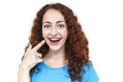 被隔绝的括号的女孩 愉快的微笑 免版税图库摄影