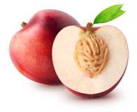 被隔绝的油桃 整个油桃果子和切片与在白色背景隔绝的叶子与裁减路线 免版税库存图片
