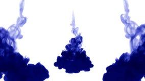 被隔绝的蓝墨水很多流程注射 蓝色颜料在水,在慢动作的射击中传播 墨似的背景的用途 向量例证