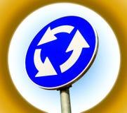 被隔绝的蓝色环形交通枢纽交叉路公路交通标志 免版税库存图片
