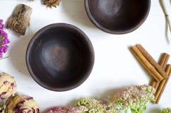 被隔绝的黏土瓦器 在whi的装饰黑褐色陶瓷 免版税图库摄影