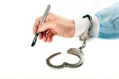 被隔绝的一个在手中把外科医生解剖刀柳叶刀扣上手铐在白色背景 库存照片
