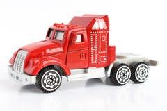 被隔绝的一辆红色玩具卡车的特写镜头 免版税库存图片