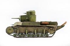 被隔绝的一辆老坦克的纸模型  免版税库存图片