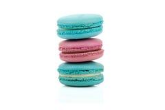 被隔绝的三个可口红色和绿色色的蛋白杏仁饼干 库存图片