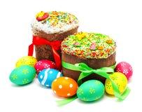被隔绝的两个装饰的复活节蛋糕和鸡蛋 免版税库存照片