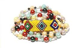 被隔绝的五颜六色的串珠的镯子和项链在白色 库存照片