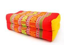 被隔绝的传统当地泰国样式长方形枕头 免版税库存照片