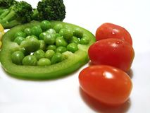 被隔绝的健康吃食物,葡萄蕃茄硬花甘蓝豌豆Pisum Sativum甜椒辣椒粉 免版税库存图片