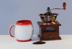 被隔绝的古色古香的厨房研磨机巫婆杯子caffe 免版税库存图片