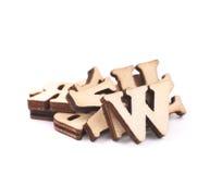 被隔绝的堆木头被雕刻的信件 免版税库存图片