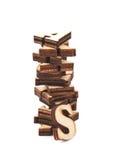 被隔绝的堆木头被雕刻的信件 免版税图库摄影