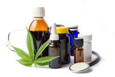 被隔绝的大麻和大麻油瓶 免版税库存图片