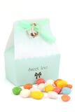 被隔绝的婚姻的bonbonniere用糖果和婚戒 免版税库存照片