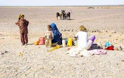 被隔绝的家庭在沙漠 免版税库存图片