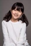 -被隔绝的少年亚洲女孩儿童演播室画象射击 免版税库存照片