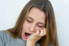 被隔绝的少年女孩情感摆在 免版税库存照片