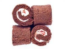 被隔绝的巧克力卷蛋糕 免版税图库摄影