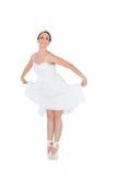 被隔绝的微笑的年轻跳芭蕾舞者 免版税库存照片