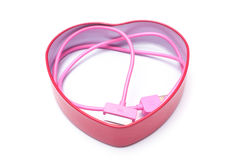 被隔绝的心脏箱子的桃红色手机电缆工 库存图片