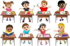 被隔绝的愉快的儿童孩子书桌学校教室 免版税库存照片