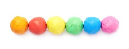 被隔绝的排队的彩色塑泥球 免版税库存图片