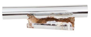 被隔绝的新和被腐蚀的流失金属管子 库存图片