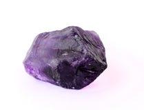 被隔绝的未加工的紫色的巴西岩石 免版税库存图片