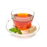 被隔绝的杯子与薄荷叶和糖的红茶 免版税图库摄影