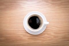 被隔绝的杯子浓咖啡 木咖啡热的表 库存照片