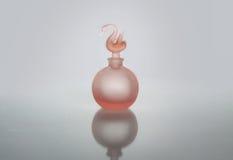 被隔绝的桃红色香水瓶 免版税库存图片