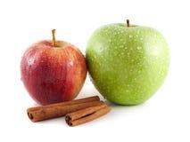 被隔绝的湿绿色和红色苹果用桂香 库存照片
