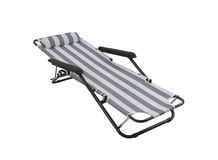 被隔绝的灰色镶边海滩睡椅 免版税库存图片