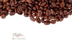 被隔绝的烤咖啡豆白色背景 图库摄影