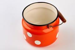 被隔绝的牛奶的红色水罐 免版税库存照片